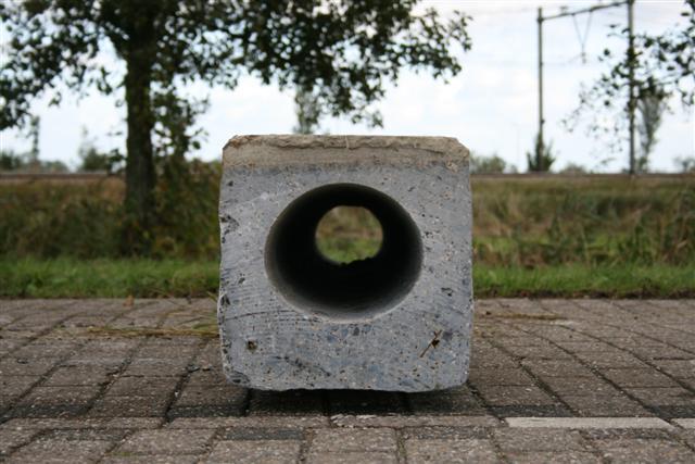 Holle betonnen heipalen